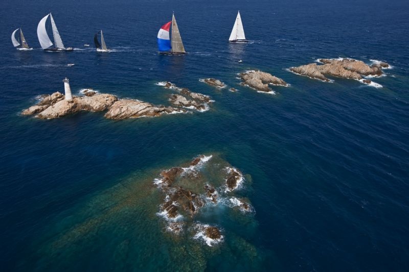 Maxi Fleet Rounding Monaci Island (Photo by Carlo Borlenghi)